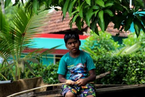 enfant-indien-backwaters-kerala-inde-alleppey