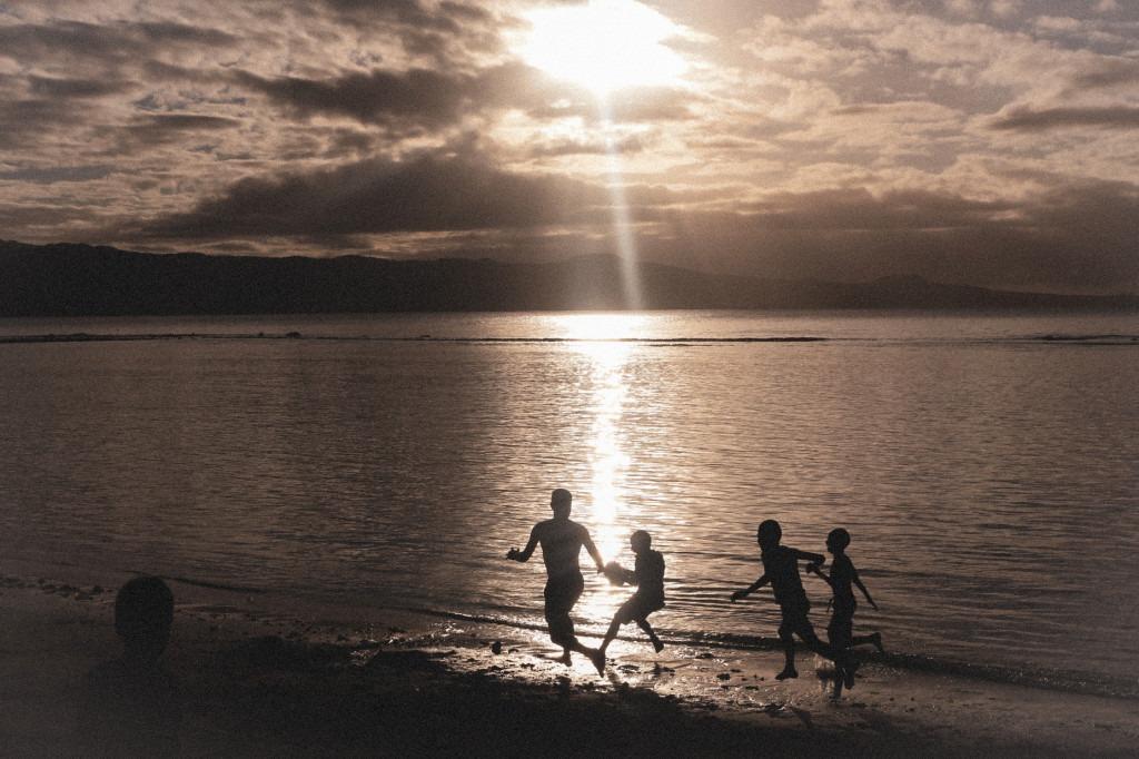 foot-plage-coucher-de-soleil